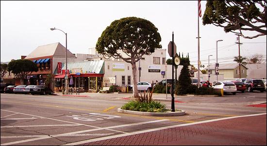 Center lane in Larchmont Boulevard
